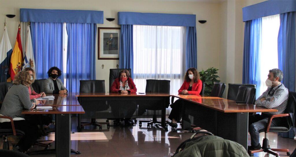 Momento-de-la-reunion-con-los-representantes-legales-de-la-casa-a-adquirir
