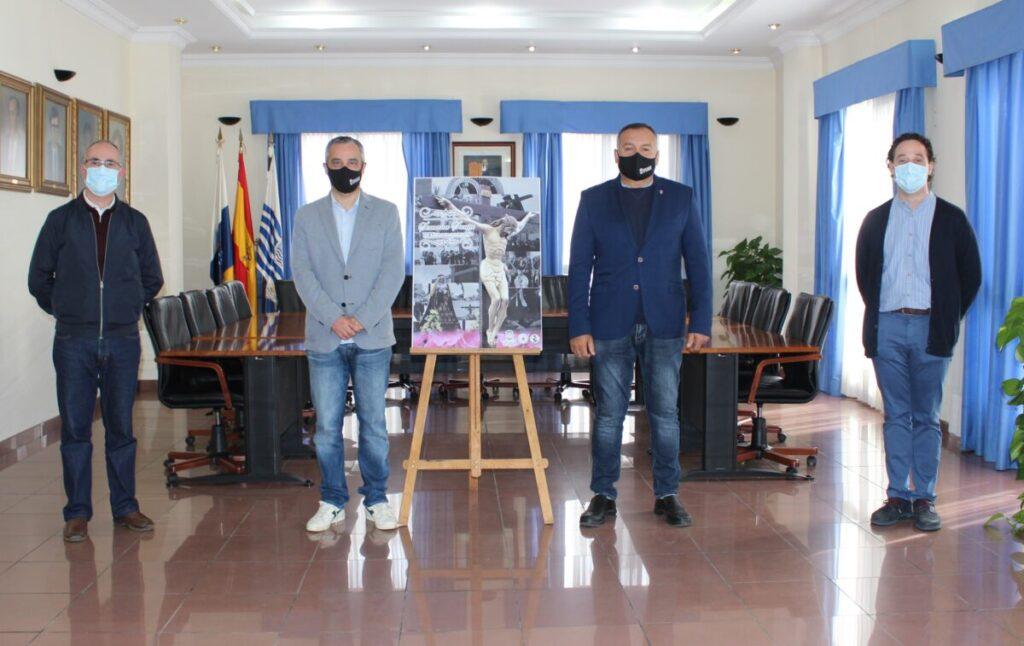 El-Alcalde-y-el-Primer-Teniente-junto-a-los-parrocos-y-el-cartel