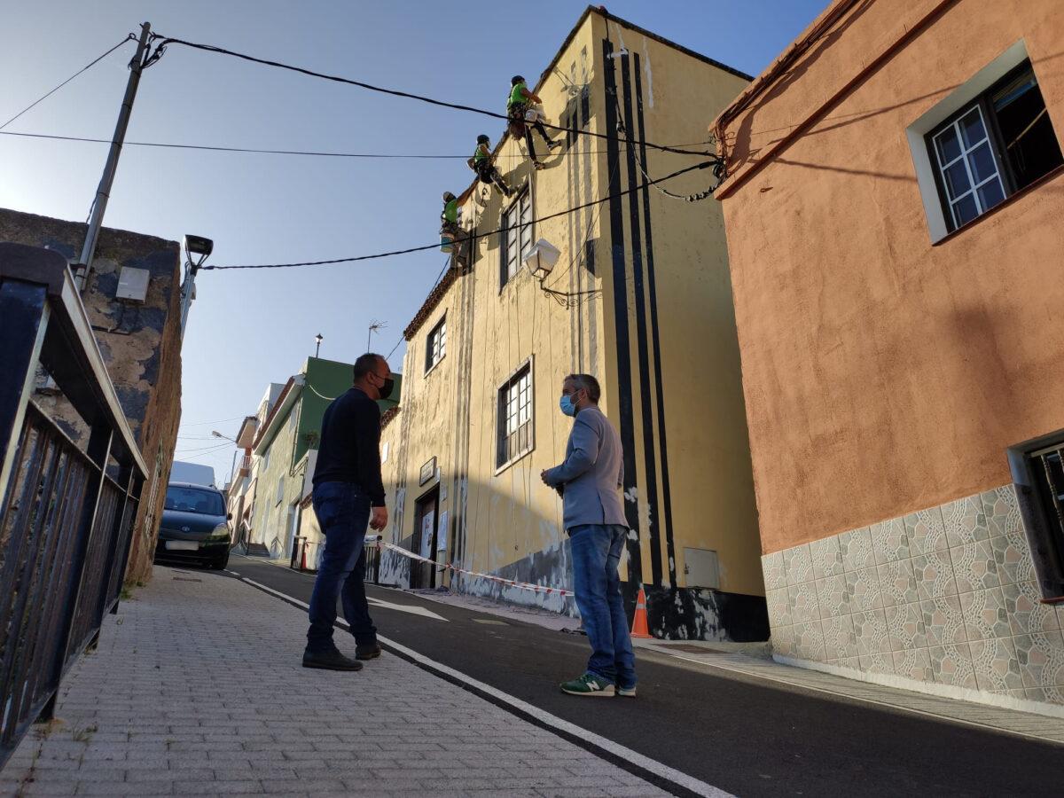 Jonay-Mendez-y-Ezequiel-Dominguez-junto-a-los-trabajos-en-la-Casa-Amarilla