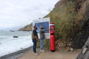 Ezequiel-Dominguez-y-Jonay-Mendez-comprobando-el-totem-de-la-playa-de-Las-Aguas