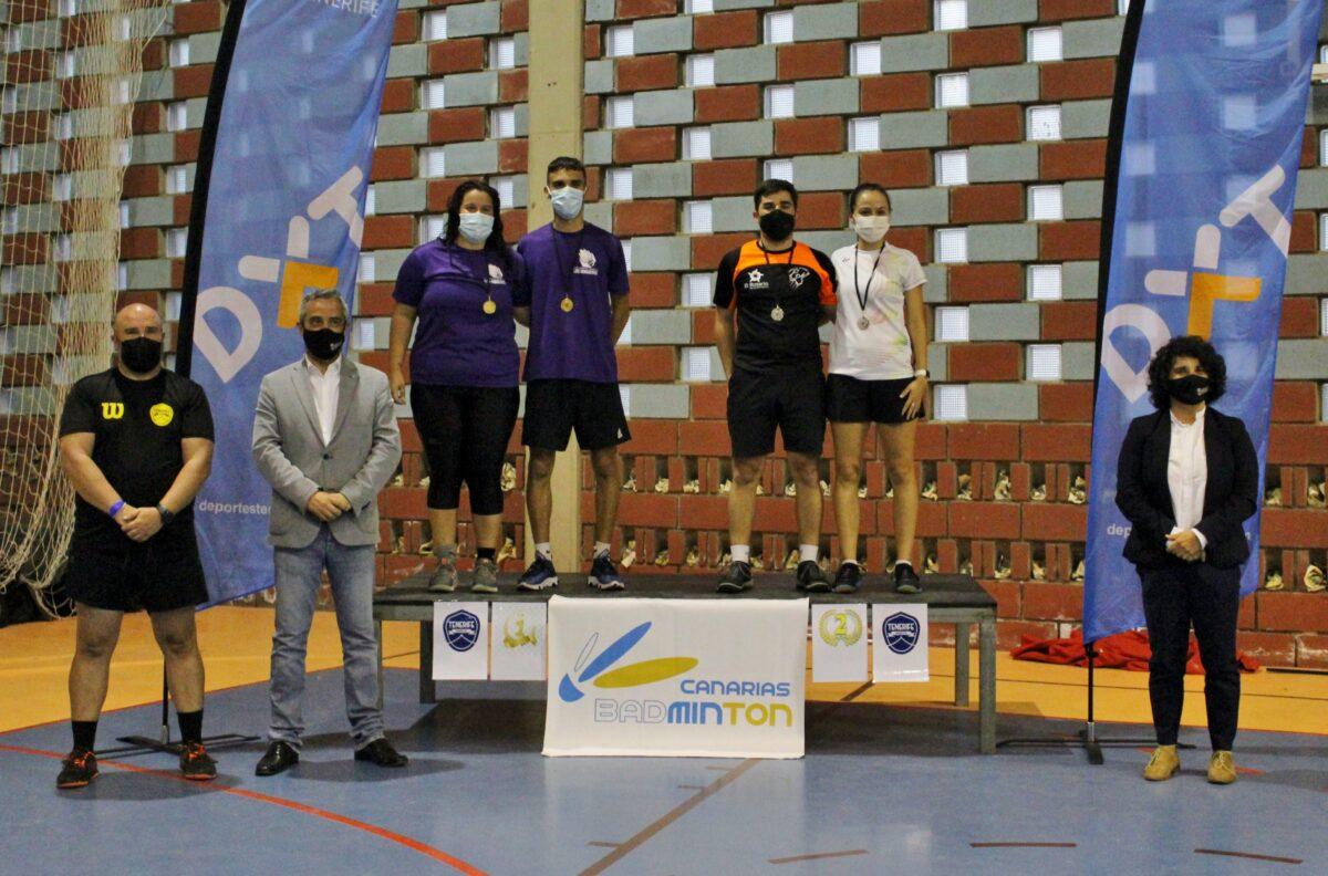 El-alcalde-y-la-concejala-junto-al-organizador-y-los-campeones-absolutos-del-torneo