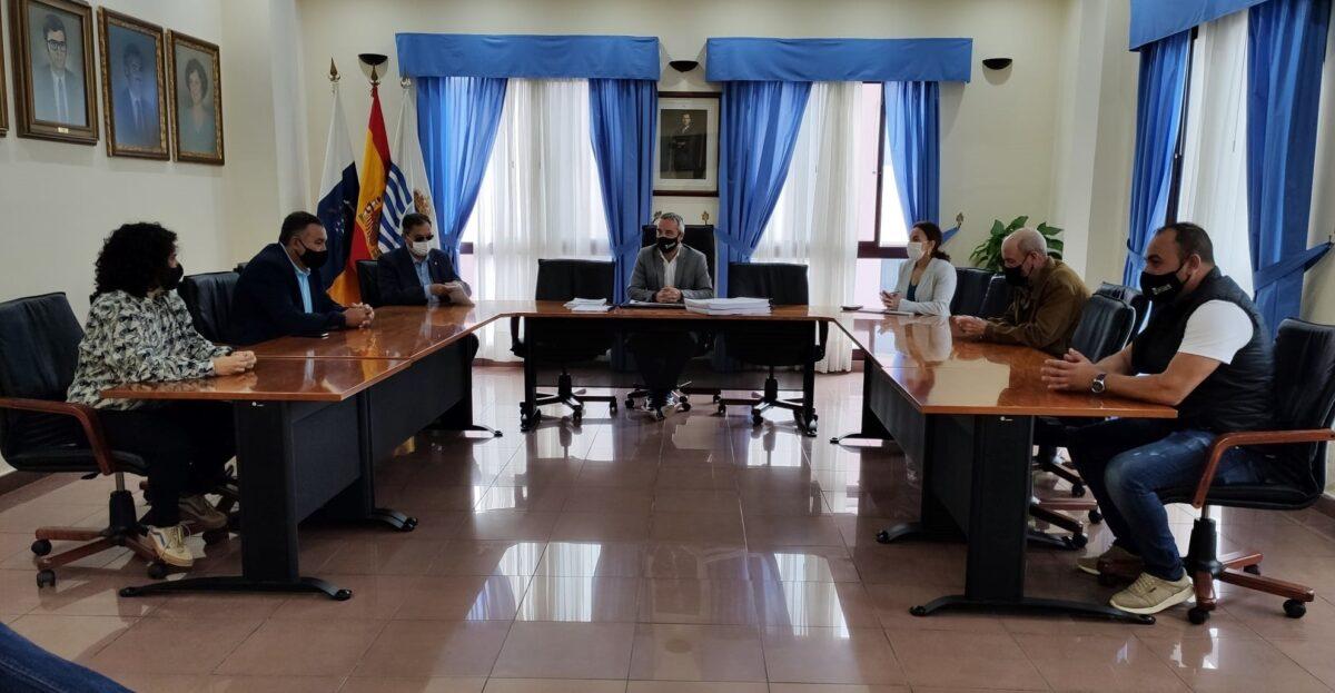 El-grupo-de-Gobierno-junto-a-los-senadores-en-la-reunion